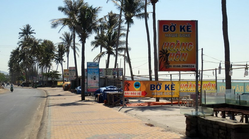 Restaurants take over public spaces in Mui Ne. Photo: H.Linh