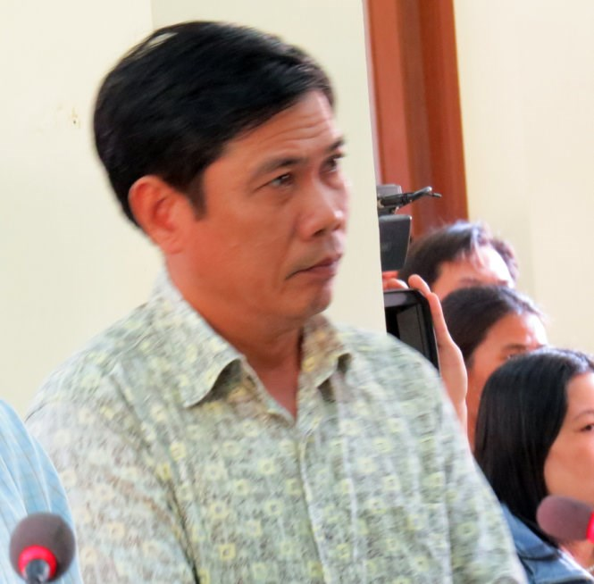 Le Duc Hoan, a Phu Yen police officer, stands trial on April 15 as a burglary investigation he was leading ended up with a suspect beaten to death. Photo credit: Tuoi Tre
