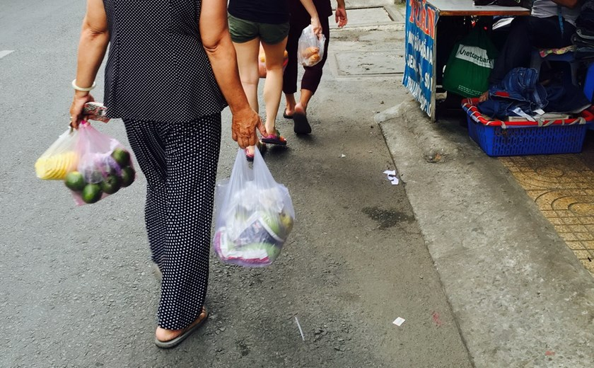 Women carry plastic bags from a morning shopping in Ho Chi Minh City in April 2015. Photo: Thuy Vi