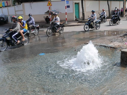 Tap water leaked from a broken pipe in Ho Chi Minh City. File photo