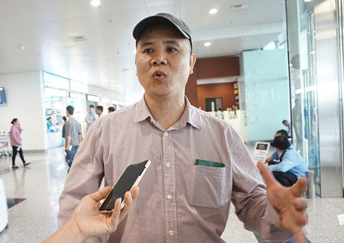 Nguyen Xuan Duy, one of the ten Vietnamese Red Cross members returning from Nepal, spoke to local media at Noi Bai Airport in Hanoi upon arrival on April 28, 2015. Photo credit: VnExpress