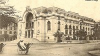 A Vietnames pulls a rickshaw carrying a high-class member in the French government era in front of the Saigon Opera House in the early 1900s. Its construction started in 1896 with Eugene Ferret's design and finished in 1901.