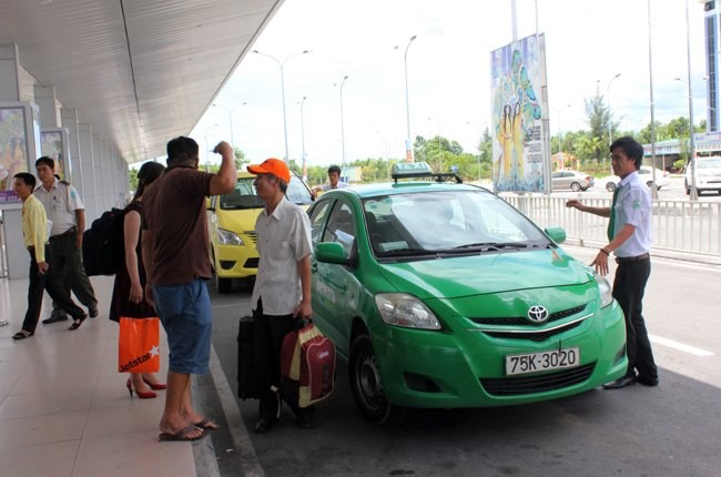 A taxi cab drops customers at an airport in Ho Chi Minh City. Photo credit: Thoi bao Kinh te Saigon Online