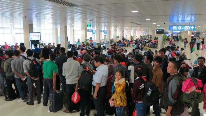 Travelers queue to board a flight at Tan Son Nhat Airport during the Lunar New Year festival in February 2015. Photo credit: Tuoi Tre