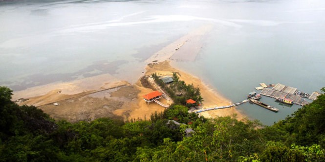 Banh Sua island in the morning, when the water is low. Photo credit: Tuoi Tre