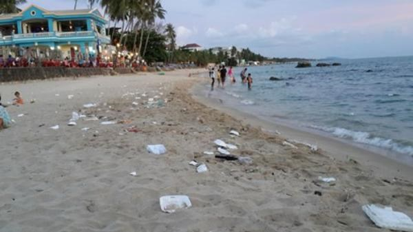 Plastic bags and styrofoam boxes that tourists left on the beach in Phu Quoc. Photo: Dinh Tuyen