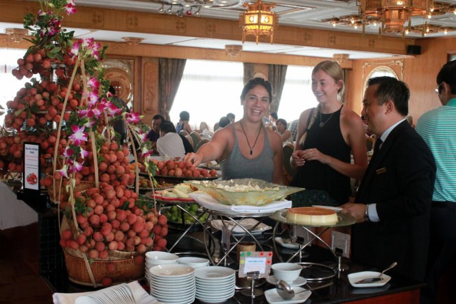 Foreign guests try lychee at a hotel in Ho Chi Minh City. Photo credit: Tuoi Tre