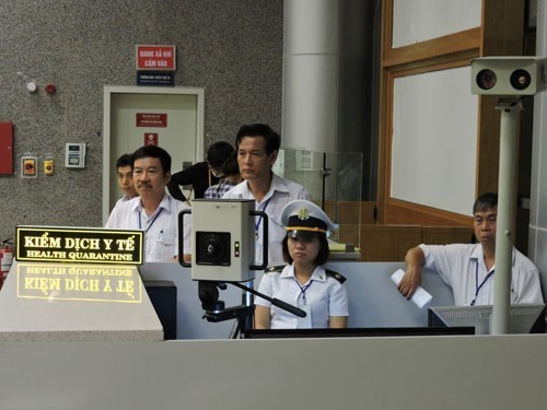 A medical quarantine team for measuring temperatures of visitors at Da Nang International Airport. Photo: Dieu Hien