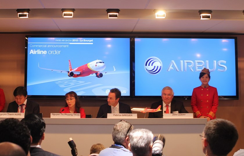Representatives of Vietjet and Airbus at the Paris Air Show 2015.