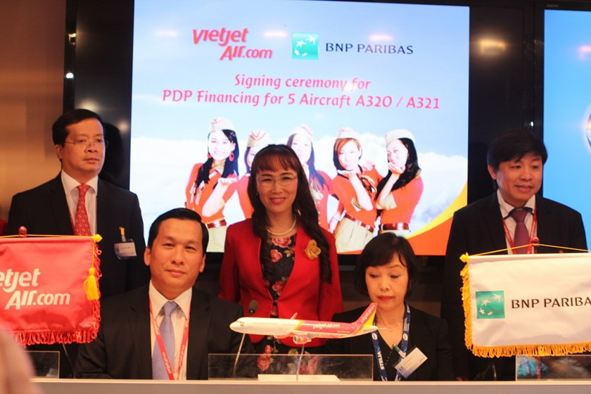 Vietjet executives with representatives of BNP Paribas at the Paris Air Show 2015.