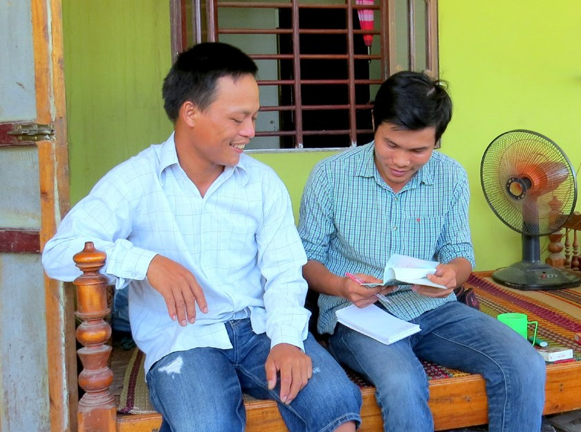 Mai Xuan Su (L) at his home in Thua Thien-Hue after leaving Angola where the devalued currency means the job opportunities are not worth taking dangers. Photo credit: Lao Dong