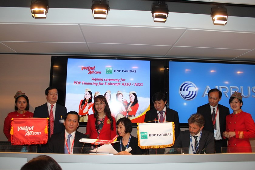 VietJet and insurance partners sign contracts at Paris Air Show 2015.