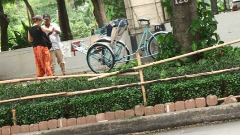 A cyclo driver snatches money from an Australian tourist in Ho Chi Minh City after she refused to pay his high price. Photo credit: Tuoi Tre