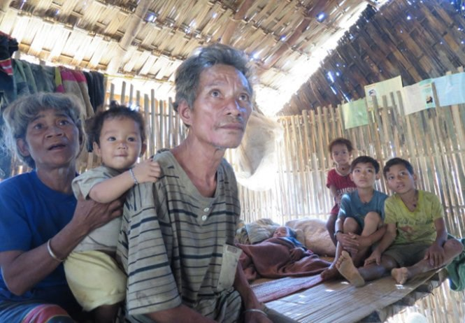 Ho Van Sanh with his children at their home in Quang Nam Province. He just lost a daughter and a grandchild to diphtheria and his son is having similar symptoms. Photo credit: Tuoi Tre