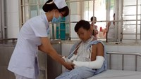 A boy receives arm casts at a hospital in southern Vietnam after his inspirations from a sports game show went wrong. Photo credit: Tuoi Tre