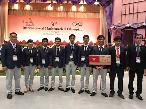 Vietnamese students participating the international math contest in Thailand and their teachers. Photo credit: Thanh Nien