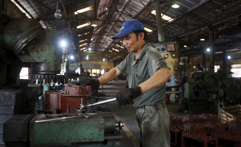A man works at a factory which produces agro-machines, in Ha Dong, outside Hanoi, Vietnam July 13, 2015. Current wages have not meet the basic living standards in Vietnam. Photo: Reuters