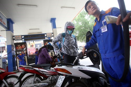 Fuel retailers cut prices for the second time in July on Monday. Photo: Ngoc Thang