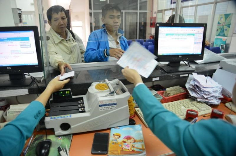 People pay monthly bills at an EVN subsidiary in Ho Chi Minh City. Photo credit: Tuoi Tre
