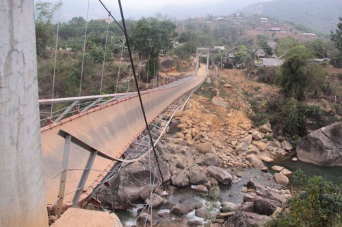 A suspension bridge collapsed in February 2014, leaving eight people dead. Photo: Huu Toan
