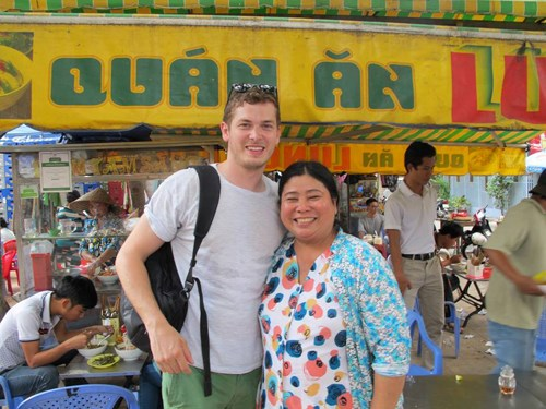 Paul Hopper (L) with the owner of a street food shop in Vietnam during his second visit to the Southeast Asian country in August 2014. Photo credit: VnExpress