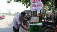 """The box of iced tea offered on Giai Phong street in Hanoi downtown with a note saying """"Free iced tea."""" Police seized it on July 27, 2015. Photo credit: Tin Nhanh"""