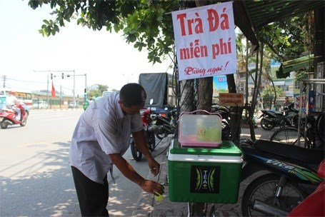 "The box of iced tea offered on Giai Phong street in Hanoi downtown with a note saying ""Free iced tea."" Police seized it on July 27, 2015. Photo credit: Tin Nhanh"