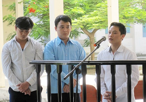 (L-R) Nguyen Thanh Truong, owner of a drink shop in Da Nang, Ngo Ha Cong Ly and Pham Minh Tuan at a trial for causing the death of a complaining customer.Photo credit: VnExpress