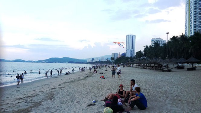 A stretch of beach in Nha Trang will soon have lights, deck chairs, food and drinks at night. Photo credit: Tuoi Tre