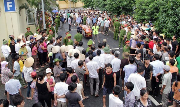 People crowd up to see the coffin of a man who died in police custody in Hanoi on August 3, 2015. Photo credit: Infonet