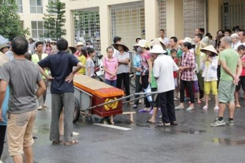Family of Nguyen Quang Truong brings his body inside a coffin to an autopsy. Photo credit: Dat Viet