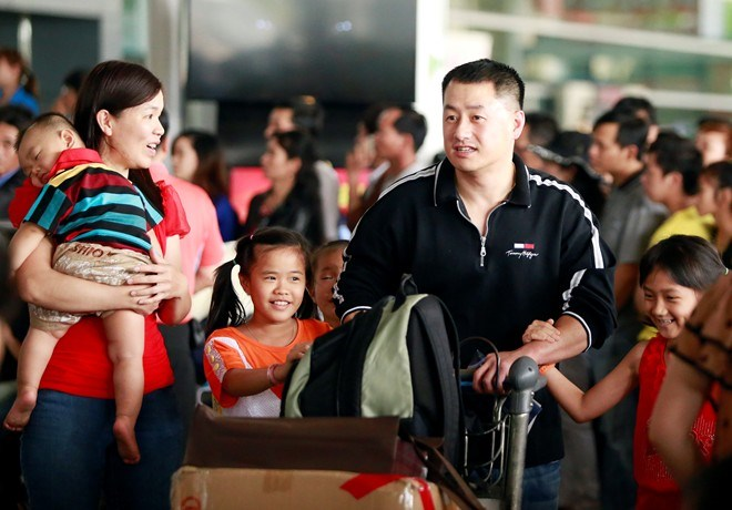 A family of overseas Vietnamese arrive at Tan Son Nhat Airport during their home visit for the Lunar New Year festival in 2014. Photo credit: Zing News