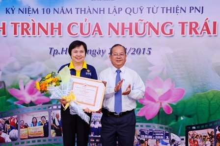 Representative of The Sponsoring Association for Poor Patients of HCMC awards a certificate of merit to PNJ Charity Fund.