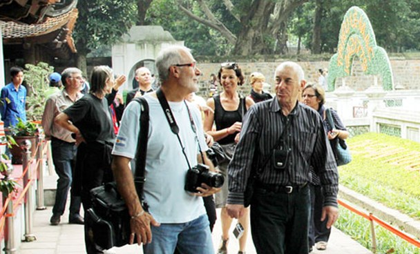 Foreign tourists in Vietnam. Photo credit: Hanoi Moi