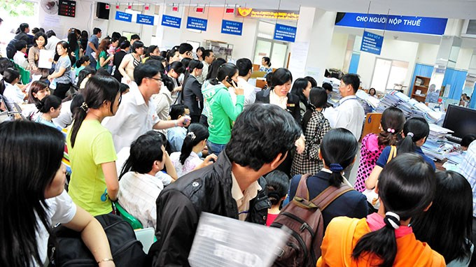 Taxpayers wait at a tax office in Vietnam. Photo credit: VietNamNet