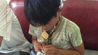 A photo taken by people in Nghe An shows a boy with a chained neck they found on the street