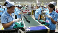 Vietnam's labor union said a 16-18 percent increase to the minimum wage can help workers pay for 89 percent of their necessities. Photo credit: Lao Dong