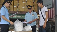 Customs officials check an import shipment in Binh Duong Province in southern Vietnam. Photo credit: phapluattp.vn