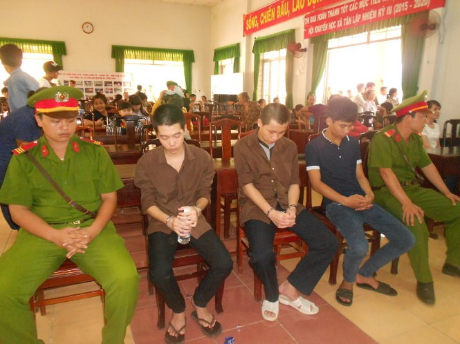 Three teenagers receive jail terms at a trial in Binh Phuoc Province August 20, 2015 for throwing stones at passenger buses. Photo credit: Tuoi Tre