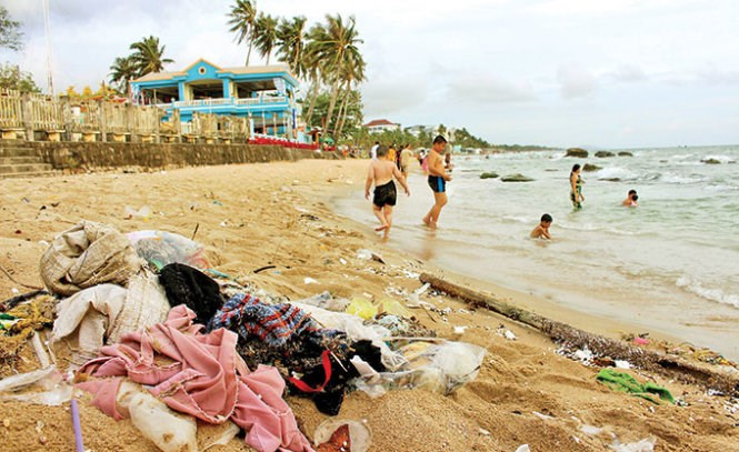 Trash piles up on a beach in Phu Quoc Island district, Kien Giang Province. Photo credit: Tuoi Tre