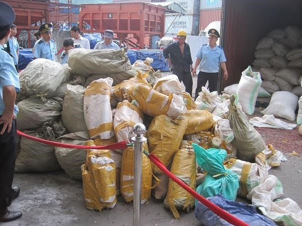 Bags of elephant tusks and pangolin scales seized on August 25, 2015 from a shipment from Malaysia to Da Nang. Photo credit: VietNamNet