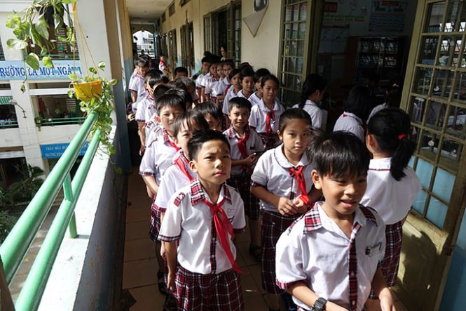 Students queue up before class at a primary school in Binh Chanh District, where 60 percent of the students are children of migrant workers. Photo credit: Tuoi Tre