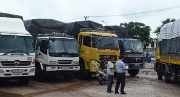 Most transport firms in Vietnam are keeping their high fares despite several cuts to fuel prices. Photo credit: Tuoi Tre