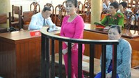 Nguyen Thi Hong Phuong (L) and Nguyen Thi Huong at a trial in An Giang Province on August 31, 2015 for trafficking 21 Vietnamese women to China. Photo: Thanh Dung