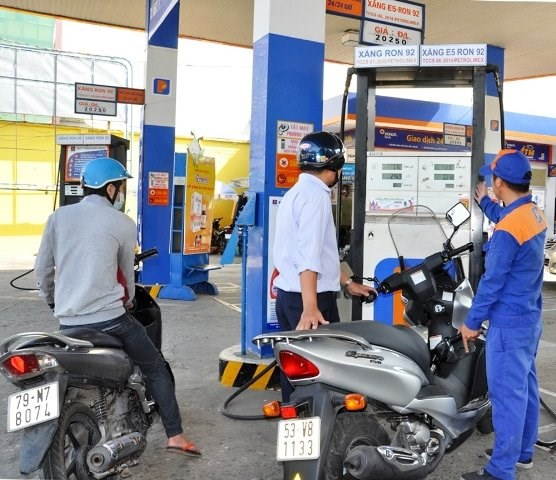A man refills his motorbike with biofuel E5 at a station in Ho Chi Minh City. Photo credit: Petrolimex