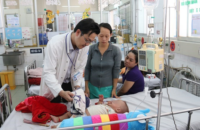 A doctor checks a baby infected with the dengue virus at the Children's Hospital No.1 in Ho Chi Minh City. Photo: Nguyen Mi