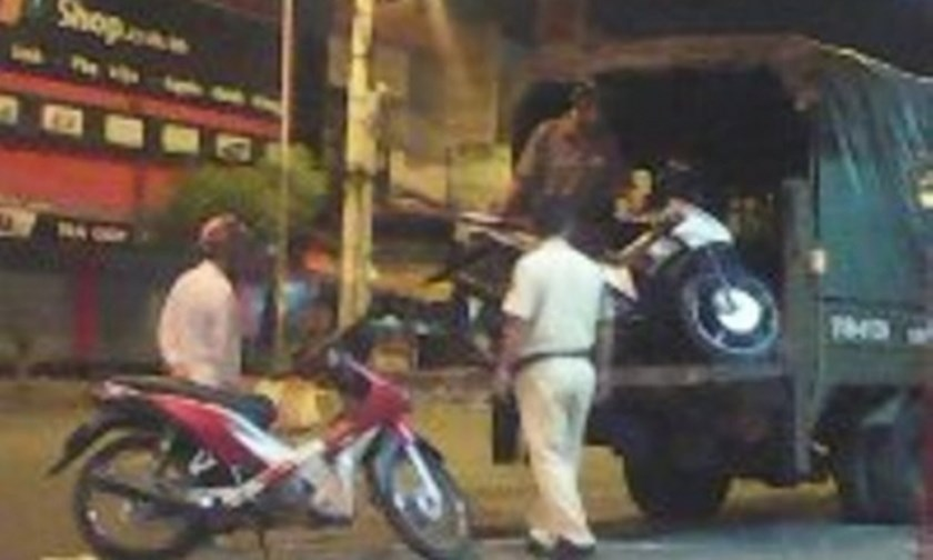 Police in Ho Chi Minh City seize motorbikes of some races on the night of September 7, 2015. One of them stabbed an officer and fled. Photo: Thanh Nien