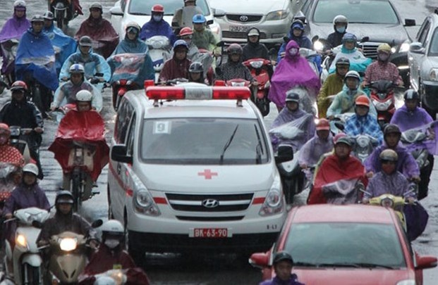 An ambulance is stuck among other vehicles in Hanoi on September 8, 2015. Photo: Le Nam
