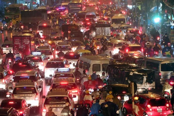 Traffic jam at Hang Xanh crossroads in Ho Chi Minh City under the heavy rain on the night of September 15, 2015. Photo: Dao Ngoc Thach