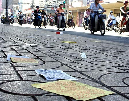 Da Nang authorities say casting votive paper on the streets is just littering. Photo credit: Zing